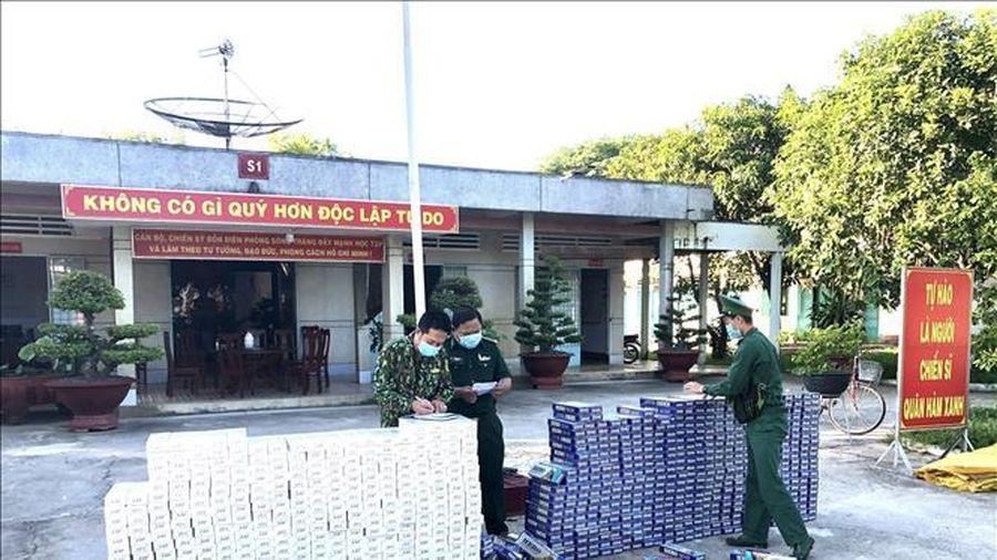Thu giữ 9.000 gói thuốc lá ngoại nhập lậu ở bờ sông Cái Cỏ