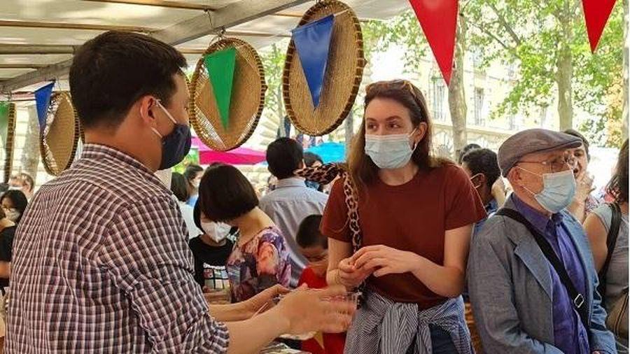 Người tiêu dùng Pháp khen vải thiều Việt Nam 'ngon hơn hẳn' vải Madagascar