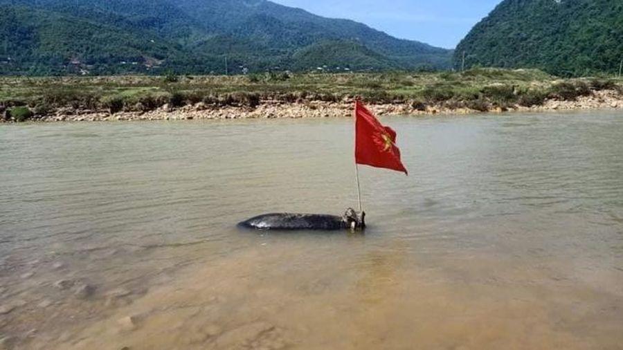 Đi đánh cá, đánh được cả quả bom khủng còn nguyên kíp nổ trên sông