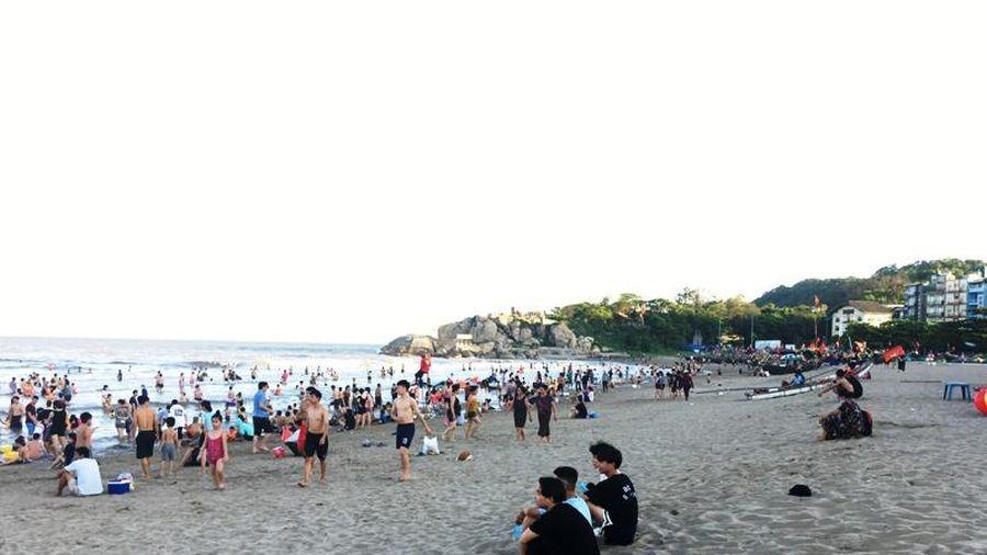 Nắng nóng gay gắt, người dân trong tỉnh đổ xô đến biển Sầm Sơn