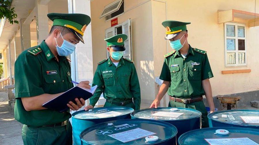 Tạm giữ hơn 10.000 lít dầu nhờn vận chuyển không có chứng từ hợp pháp