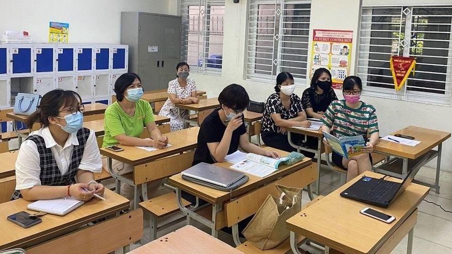 Giáo viên cầu thị, nghiêm túc trong tập huấn sách giáo khoa mới