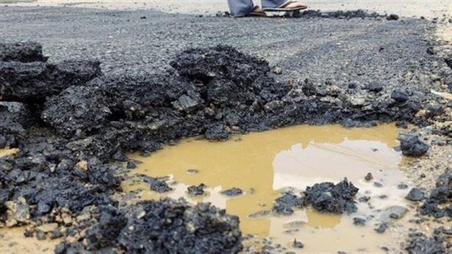 Sự thật rải bê tông nhựa trên vũng nước vá quốc lộ