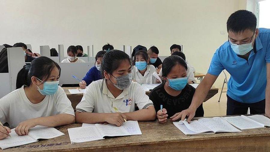 Triển khai dạy học tiếng Anh, Tin học bắt buộc: Tìm giải pháp bù đắp cho vùng khó