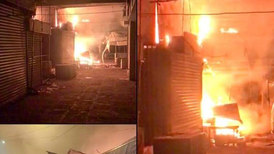 Cháy loạt ki ốt chợ trong đêm ở Hậu Giang