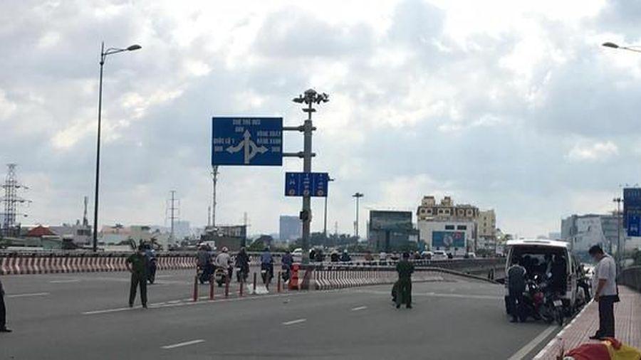 Điều tra vụ người đàn ông chết bất thường trên cầu ở TP Thủ Đức