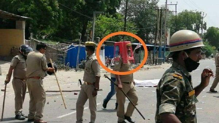 Cảnh sát Ấn Độ bị đình chỉ công tác vì đội ghế nhựa lên đầu thay mũ bảo hiểm