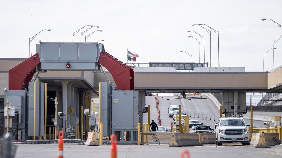 Dịch COVID-19: Mỹ gia hạn hạn chế đi lại tới Canada và Mexico