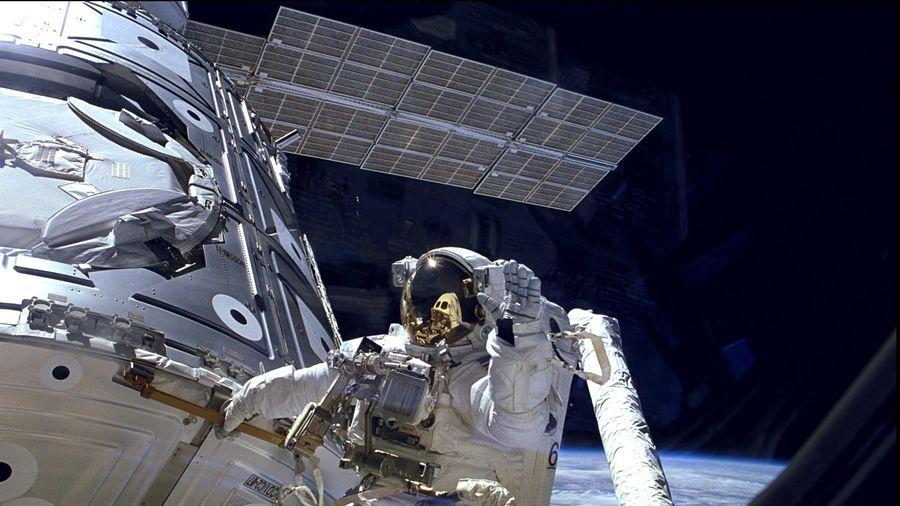 Hai phi hành gia đi bộ ngoài không gian để thay tấm pin cho ISS