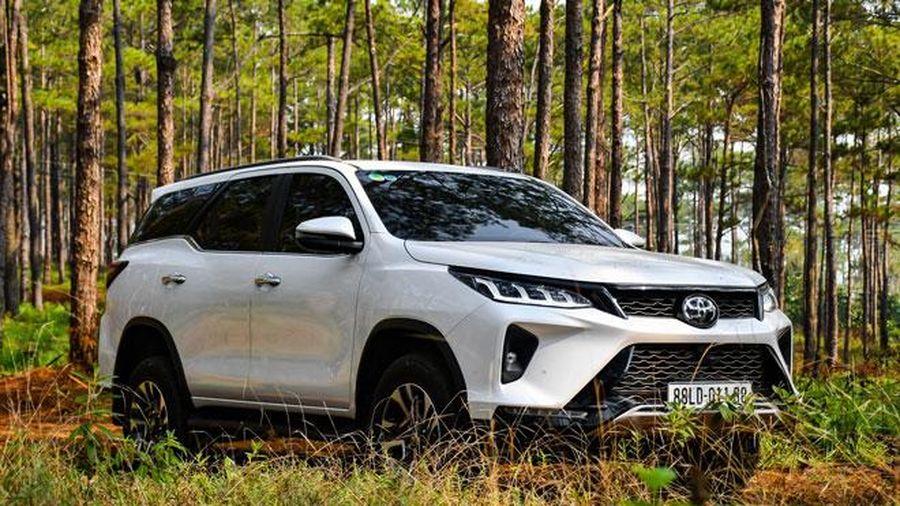 Nguyên nhân nào khiến Toyota Fortuner bị Hyundai Santa Fe và Kia Sorento soán ngôi?