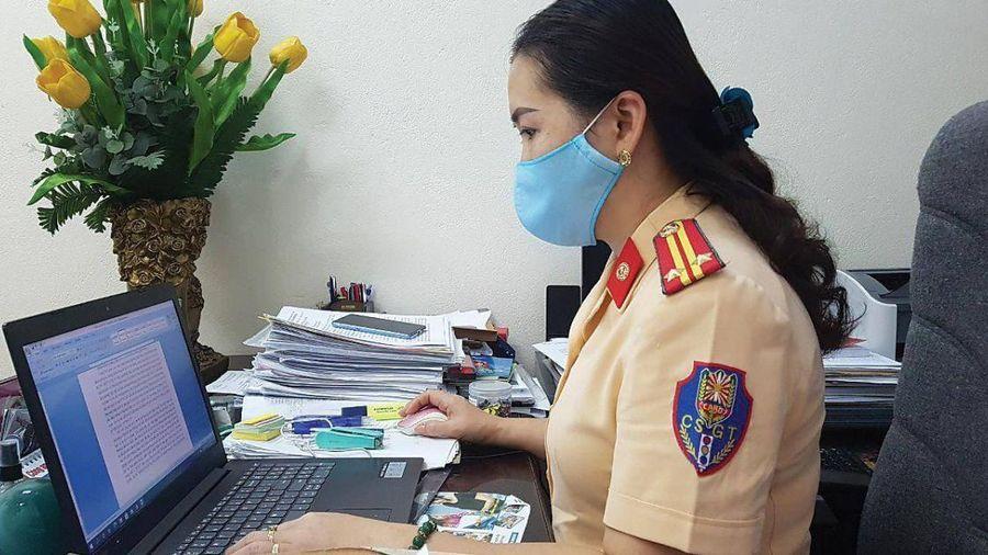 Nữ trung tá CSGT 'vào vai' biên tập