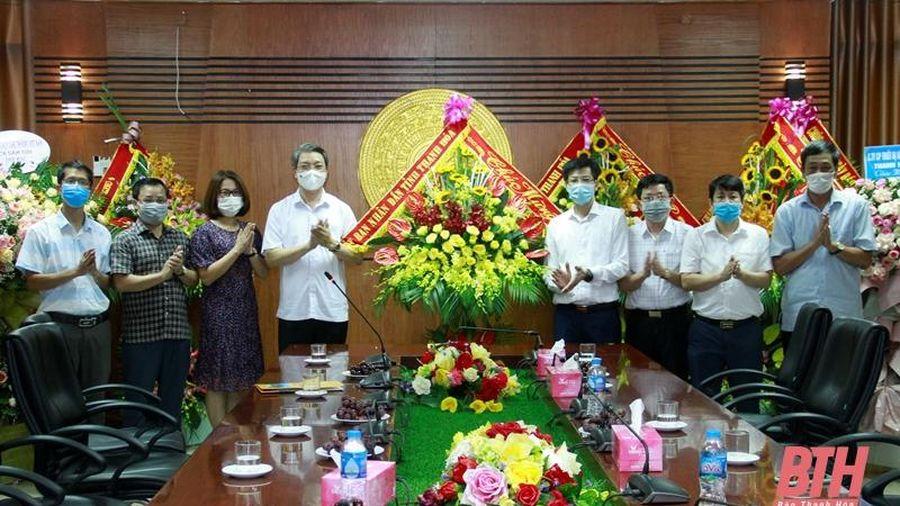Phó Chủ tịch UBND tỉnh Lê Đức Giang chúc mừng Báo Thanh Hóa