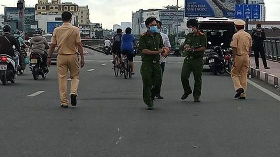 Người đàn ông đội nón Gojek tử vong bất thường trên vỉa hè cầu Bình Lợi