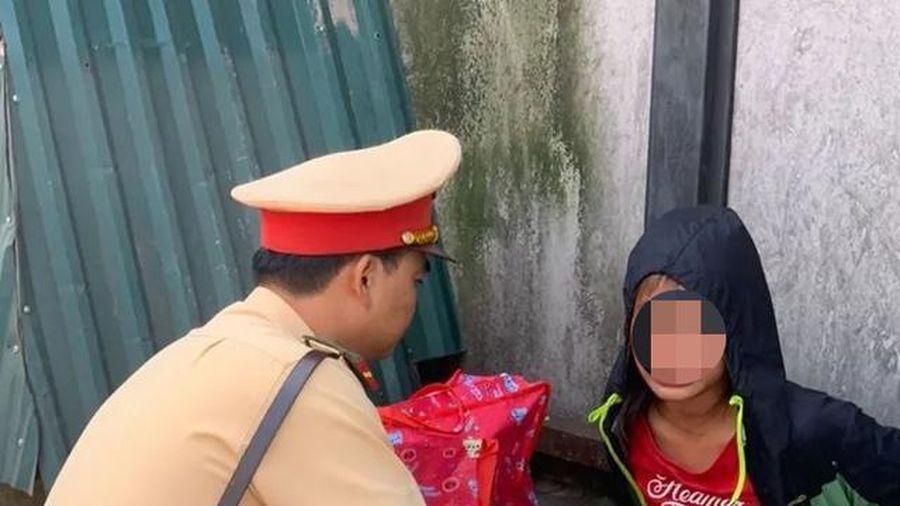 CSGT Hà Nội giúp đỡ bé gái 13 tuổi đói lả ở bến xe
