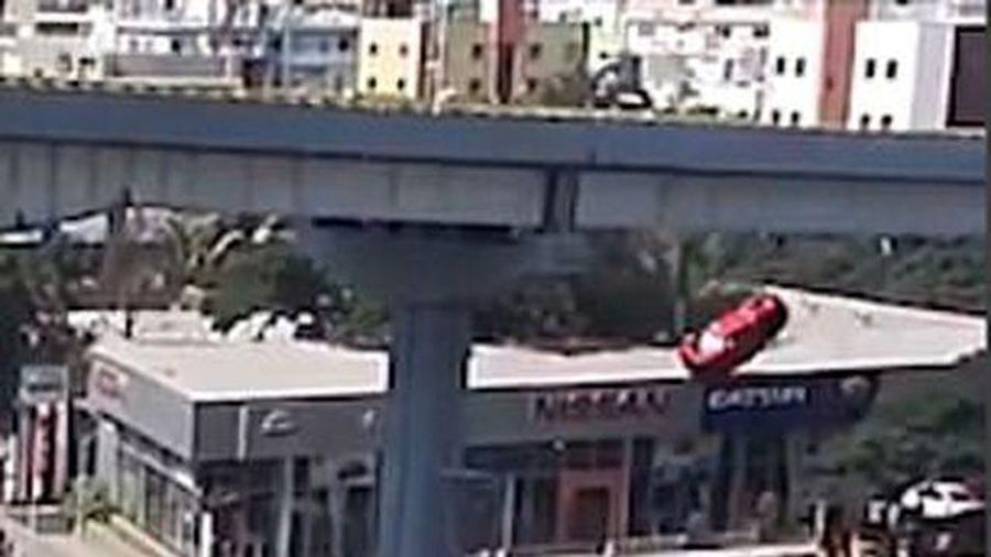 Kinh hoàng khoảnh khắc xe văng khỏi cầu vượt đâm chết người đi bộ