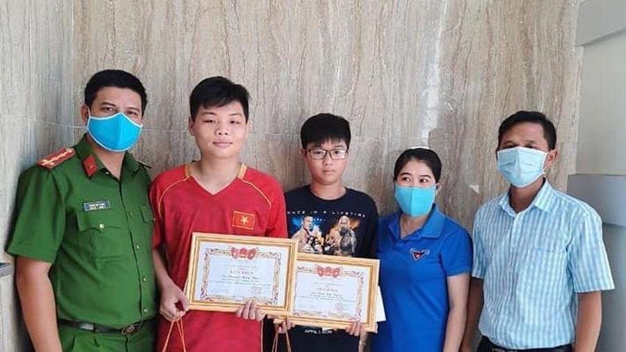Khen thưởng 2 học sinh trả lại 30 triệu đồng nhặt được