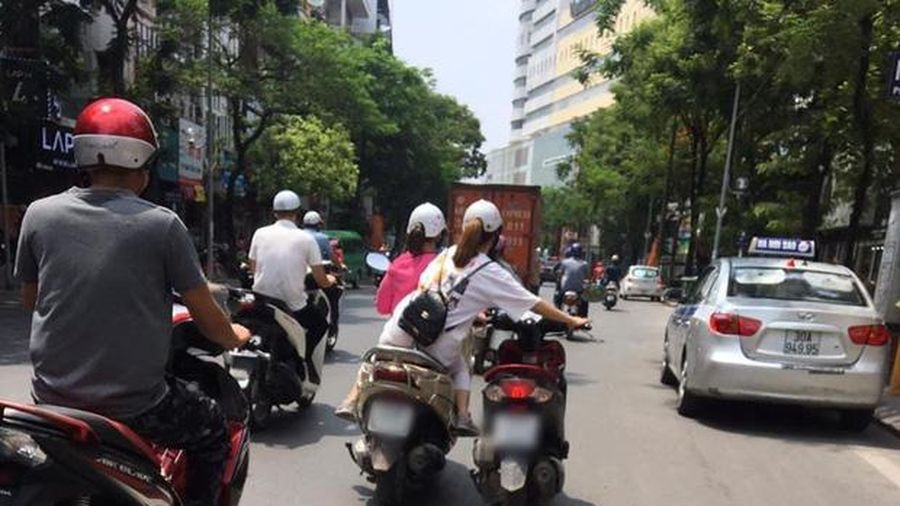 Pha dắt xe máy của 2 cô gái khiến cả cộng đồng mạng lên án dữ dội